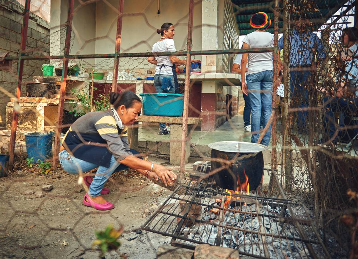 Cooking with wood has become common in Venezuela. The blockade limits Venezuela's capacity to purchase gas from Colombia, but the poor upkeep of gas plants, distribution infrastructure, and the impact of corruption are all to be blamed for the current situation. (Archive)