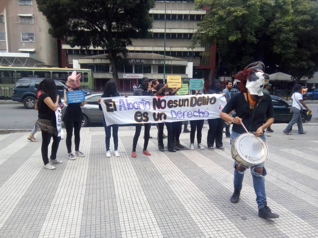 """""""Abortion is not a crime. It is a right,"""" reads a banner held by Comadres Púrpuras in a demonstration. (La Clase)"""
