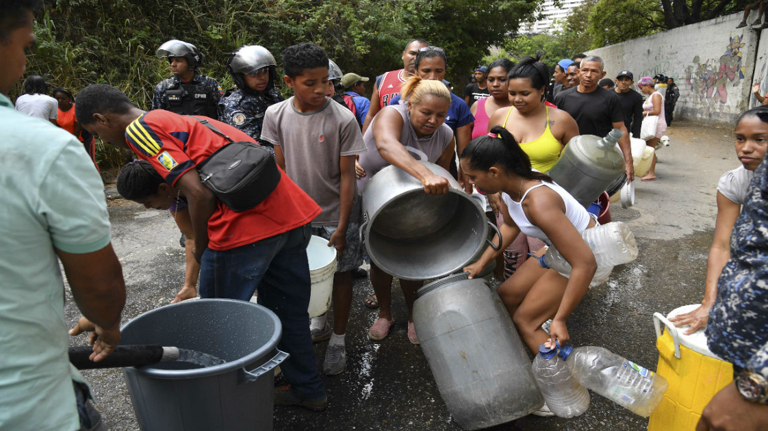 Since the 2019 blackouts, water access has become more and more problematic in Venezuela. This has led to new forms of cooperation amongst those affected. (@OrlenysOV)