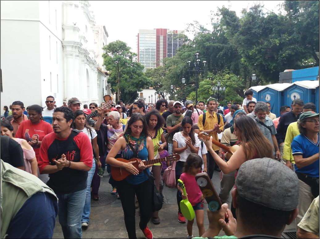 Artists brought instruments and people sang Ali Primera songs during the march (Ricardo Vaz)