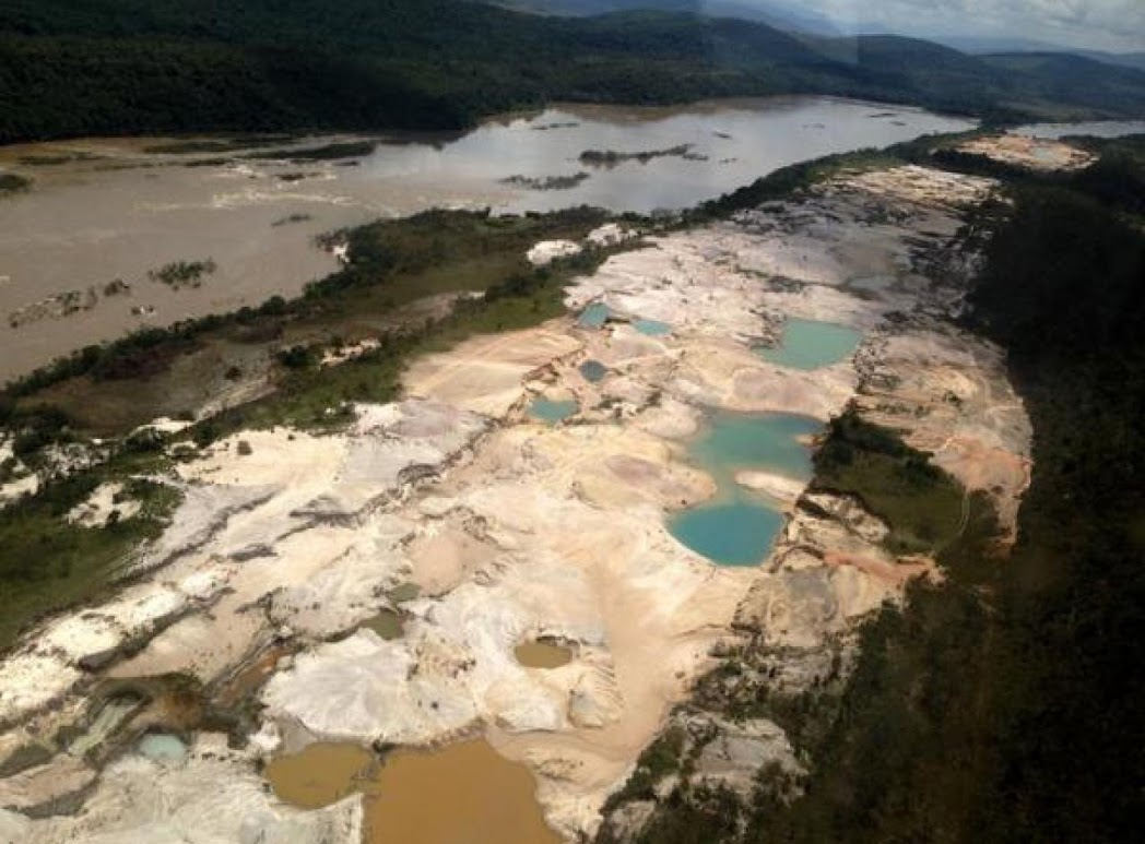 The Caroni River basin and the pools created to extract gold, which affect the flow of water and thus the generation of energy at the Guri hydroelectric plant.