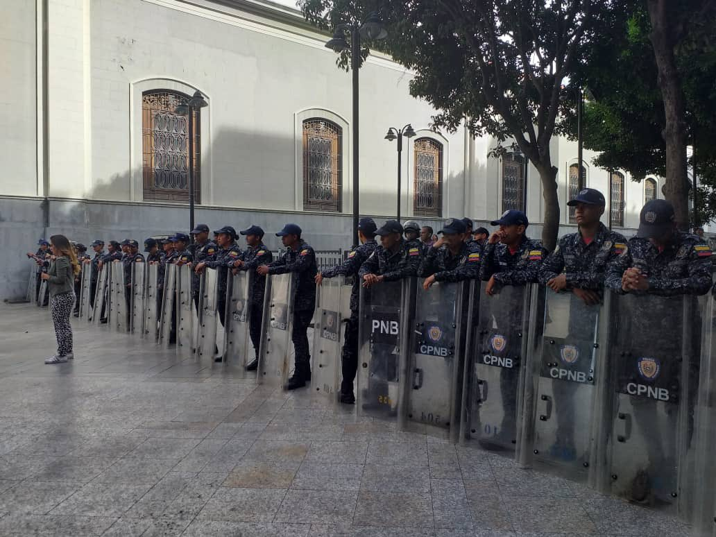 Security forces block the entrance to the Federal Legislative Palace in Caracas following an alleged bomb threat Tuesday. (@Presidencia_VE / Twitter)