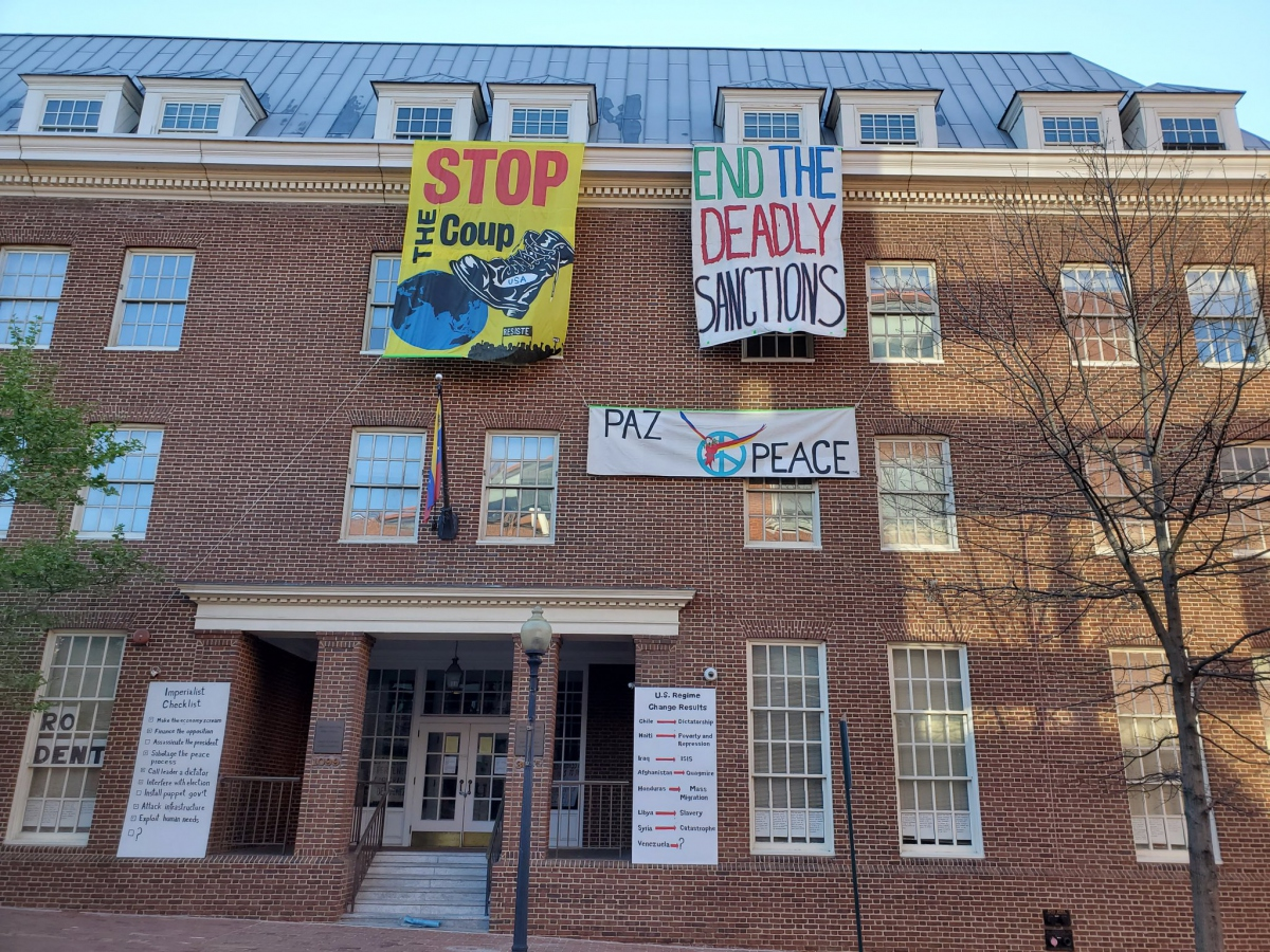 Solidarity activists want to stop Venezuela's embassy in DC from being taken over by Guaido's people. (@Medeabenjamin)
