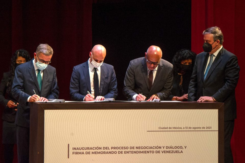 Government and opposition representatives sign a Memorandum of Understanding in Mexico in July. (VTV)