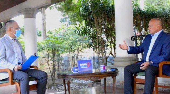 Former Communications Minister Ernesto Villegas (L) interviews National Constituent Assembly President Diosdado Cabello (R) on state TV. (VTV)