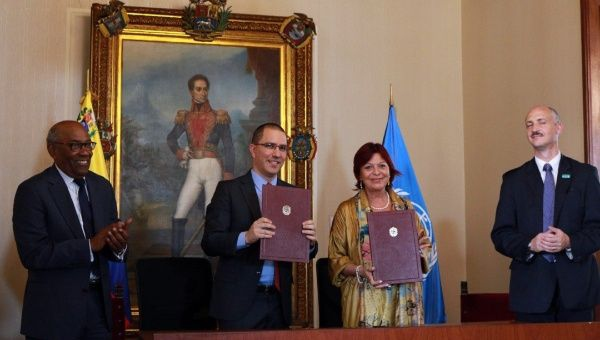 Jorge Arreaza, Venezuela's foreign minister, and Aristobulo Isturiz, the minister of communes and social protection, were on hand for the signing of the agreement with UNICEF's Maria Perceval. (@jaarreaza / Twitter)