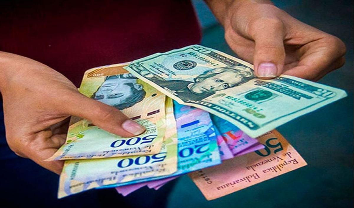 The use of dollar bills has become increasingly common in Venezuela. (Agencies)