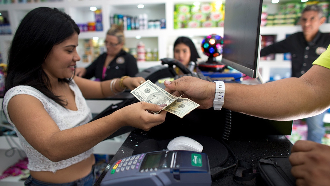 The dollar now is regularly used for purchases. (Tatuy TV)