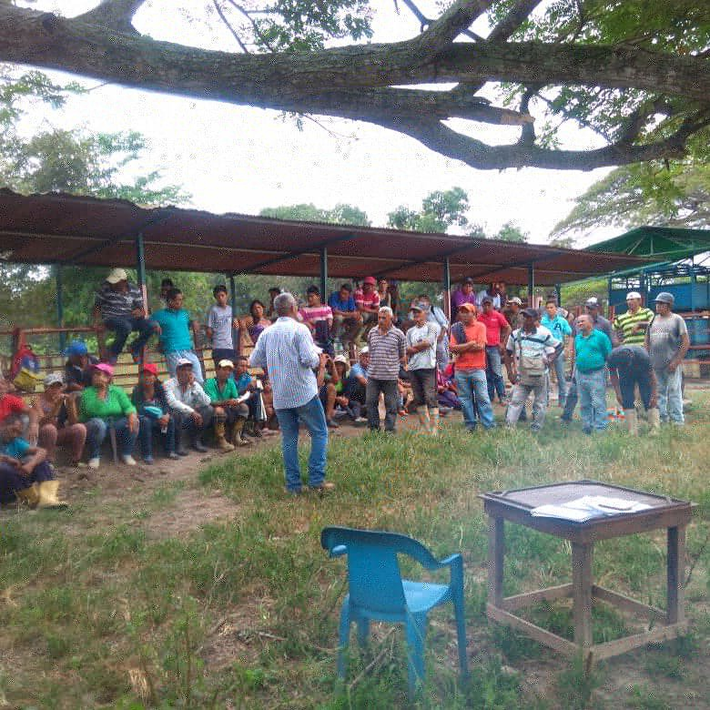 Campesinos at an assembly in the Cano Rico ranch where more than 300 families continue their struggle for the land, despite the assassinations of Fajardo and Aldana last year. (@eleazar_pcv / Twitter)