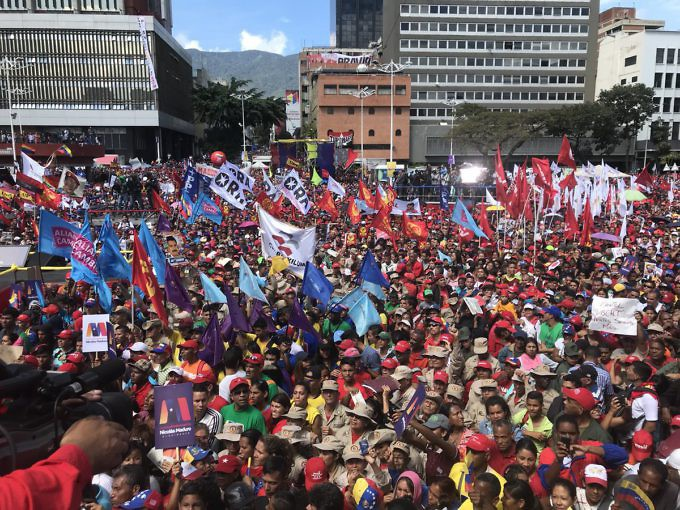 Banners show the presence of numerous political parties, including the Socialist Unity Party (PSUV), Communist Party (PCV), ORA, and PPT (Twitter/@VillegasPoljak)