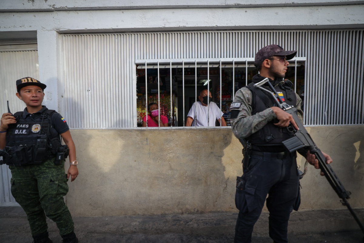 A 2500-strong police deployment managed to drive away armed gangs from a densely populated area of Caracas (@nawseas).