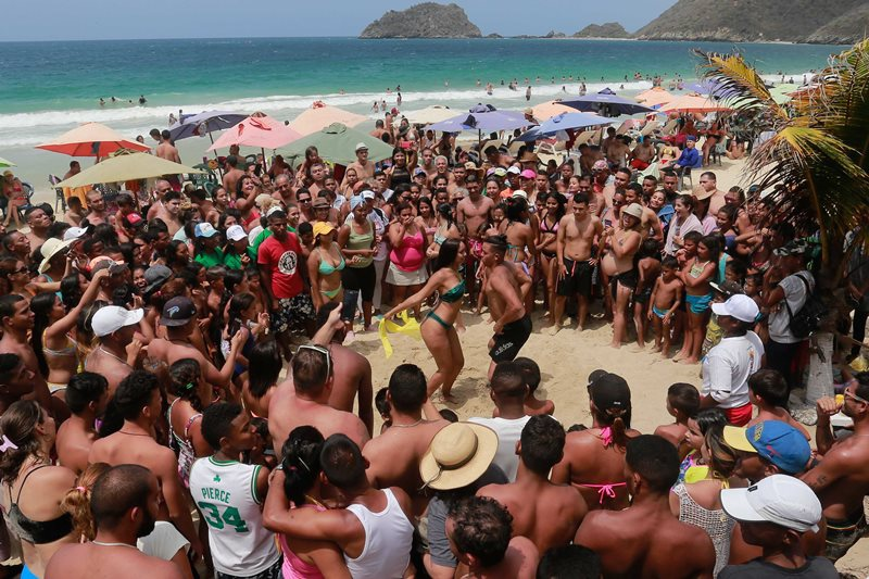 Citizens dance and happily enjoy the beautiful beaches and the sun in Ocumare de la Costa, Aragua State. (Jose Manuel Penalver)