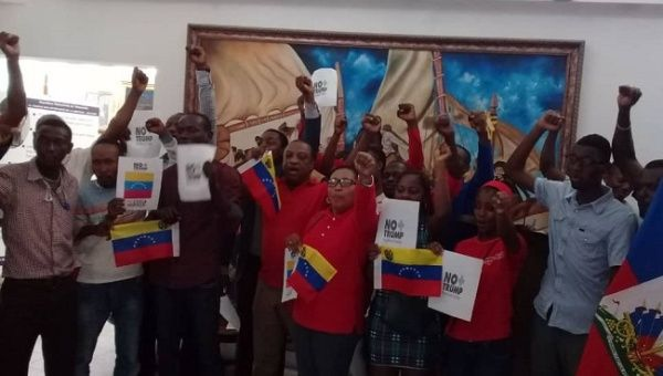 In the World Day of Solidarity with Venezuela, Haitian social organizations - gathered at the Konbit - and the RASIN Kan Pèp La political party show their solidarity with the Venezuelan people. (teleSUR)