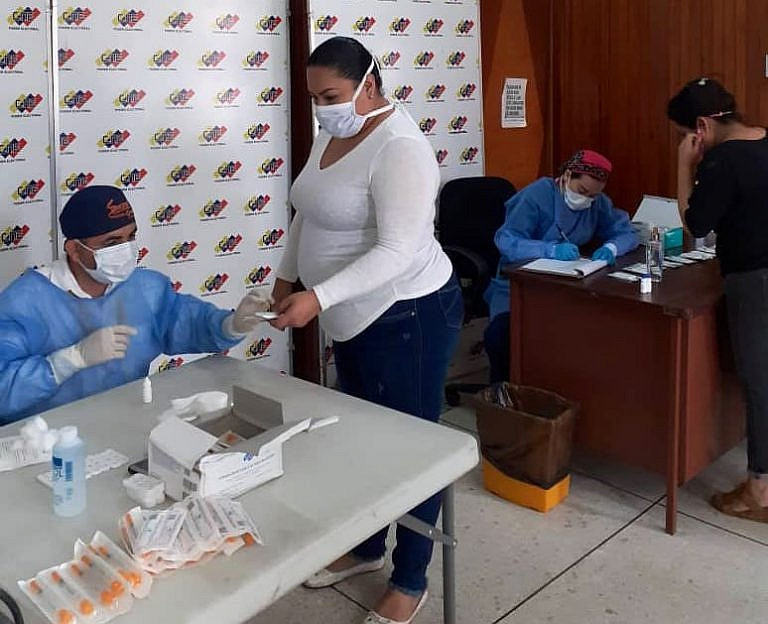 Voters update their information at local electoral offices which are applying strict sanitary protocols. (@ve_cne / Twitter)