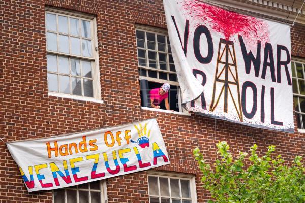 Solidarity activists defended the Venezuelan Embassy in Washington, DC. (EFE)