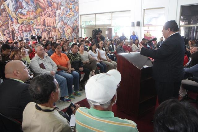 Hermann Escarra speaks to local legislators in Aragua state (CLEBA Press)