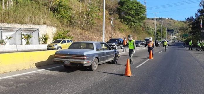 Extra checkpoints have been set up on the roads leading to Caracas following the imposition of a quarantine in the city on Monday. (@ReporteVialRV / Twitter)