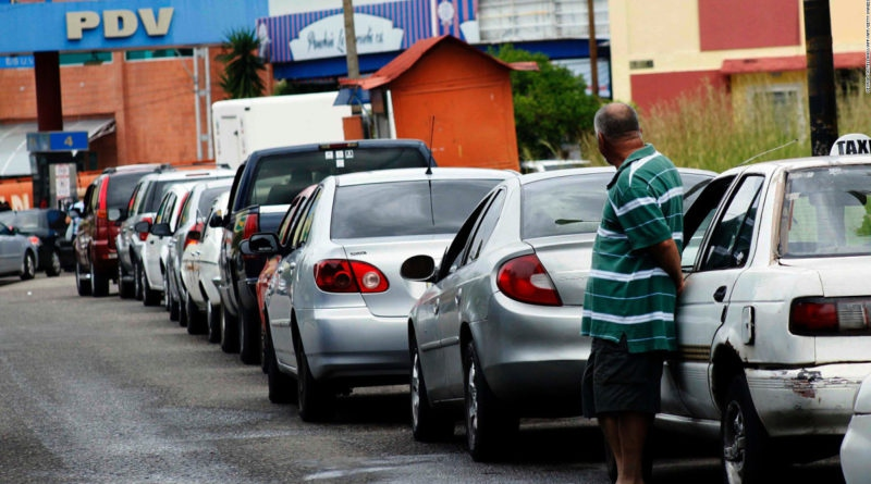 Long lines at the pump in most Venezuelan gas stations have become comon since early May. (EvTV)
