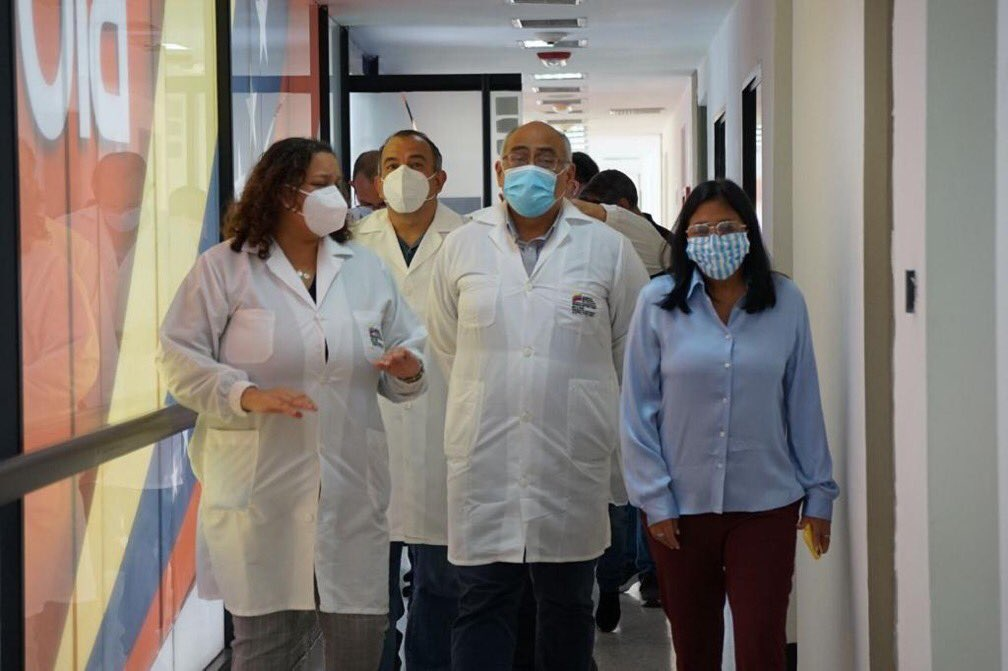 Cuban doctors inspect Caracas' Espromed Bio Factory alongside Vice President Delcy Rodríguez with an eye towards starting joint production of the Abdala vaccine later this year. (@RCR750 / Twitter)
