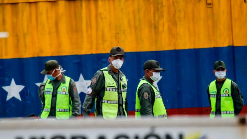 The armed forces and police have also been deployed to the streets to oversee the quarentine. They are also on alert on the country's borders, which have mostly been closed, to prevent infected people from enterring the country. (Schneyder Mendoza / AFP)