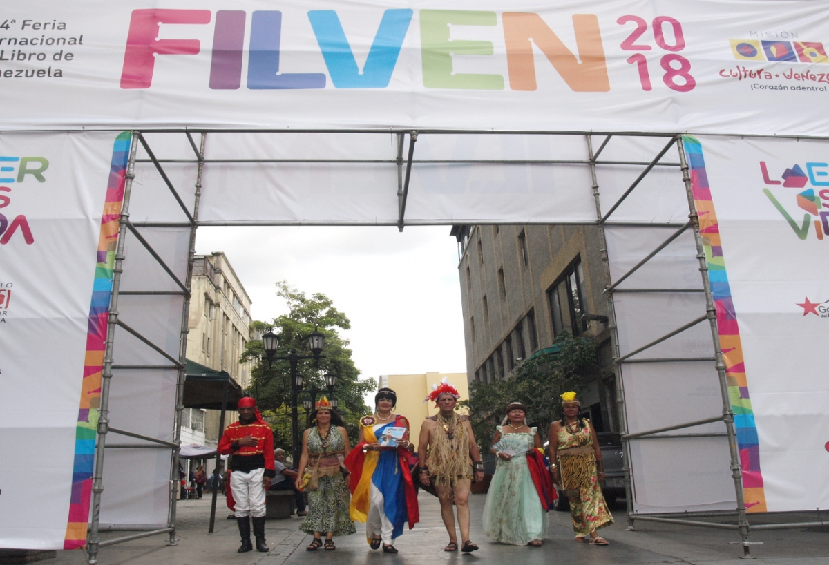 People dressed in historic costumes led the close of 2018 International Book Festival. (Correo del Orinoco)