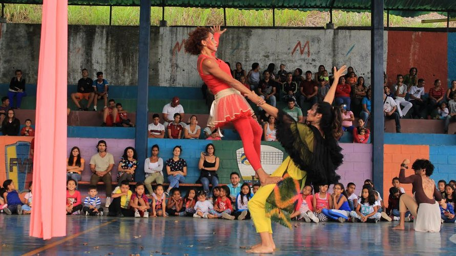 A number of events were held in some of the communities of Caracas, including this dance show from the Guacamaya Dance School in El Carrizal. (Diario Avance)