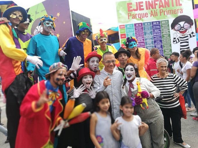 Culture Minister Ernesto Villegas poses for a photo alongside a number of circus workers and children in Caracas. (Culture Ministry and Fundarte)