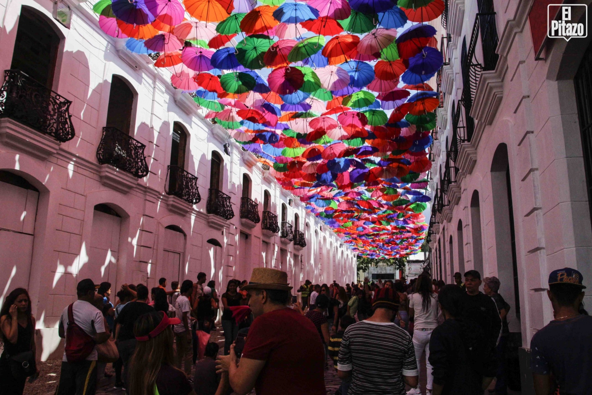 """To accompany the festival, government authorities staged a number of other similar cultural events, in this case the """"Umbrella Avenue"""" which was set up in Linares Street in the historic centre of Caracas and attracted hundreds of passersby. (Luis Miguel Cáceres)"""