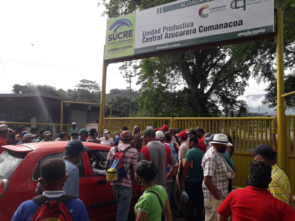 Local producers and communards blocked the gates at the Cumanacoa Sugar Mill. (@UnionComunera)