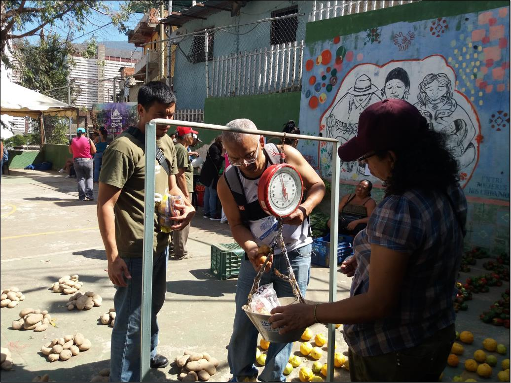 All the work in the food distribution event is voluntary. (Ricardo Vaz)