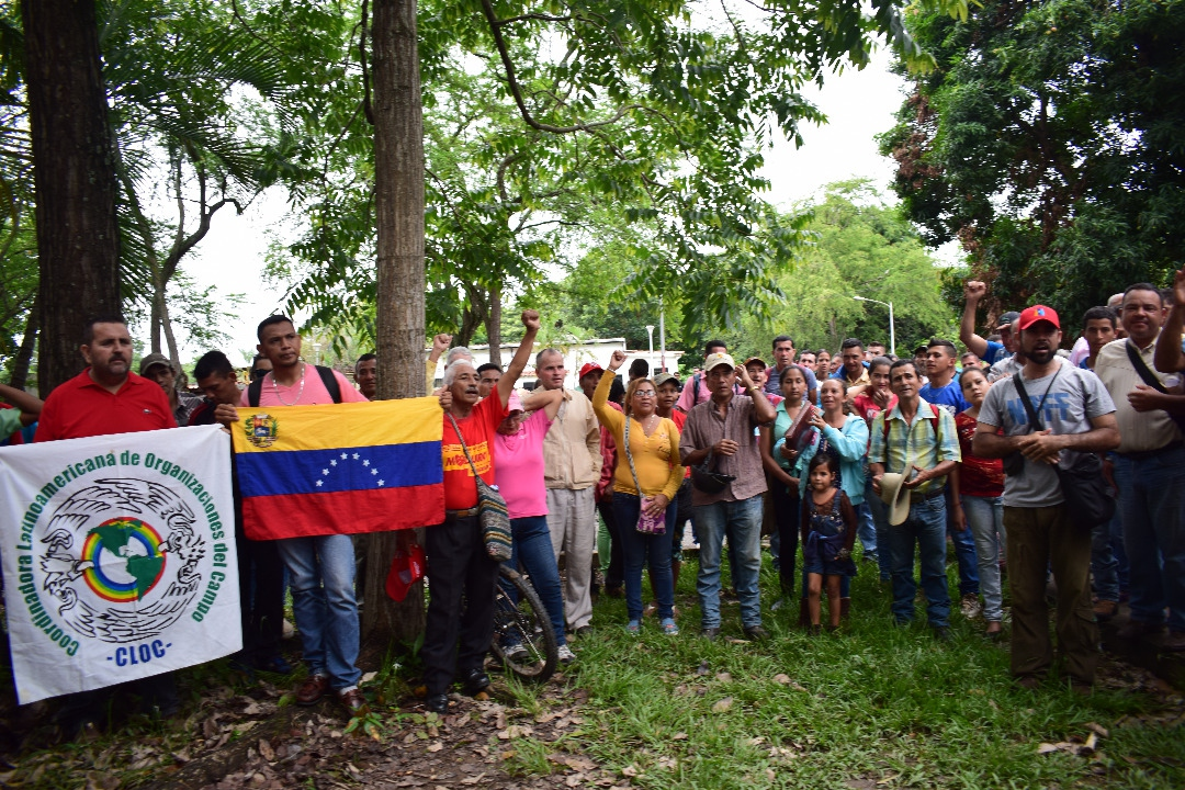 Campesinos in a peaceful symbolic takeover of the Venezuelan Land Institute in Barinas state. (CRBZ)