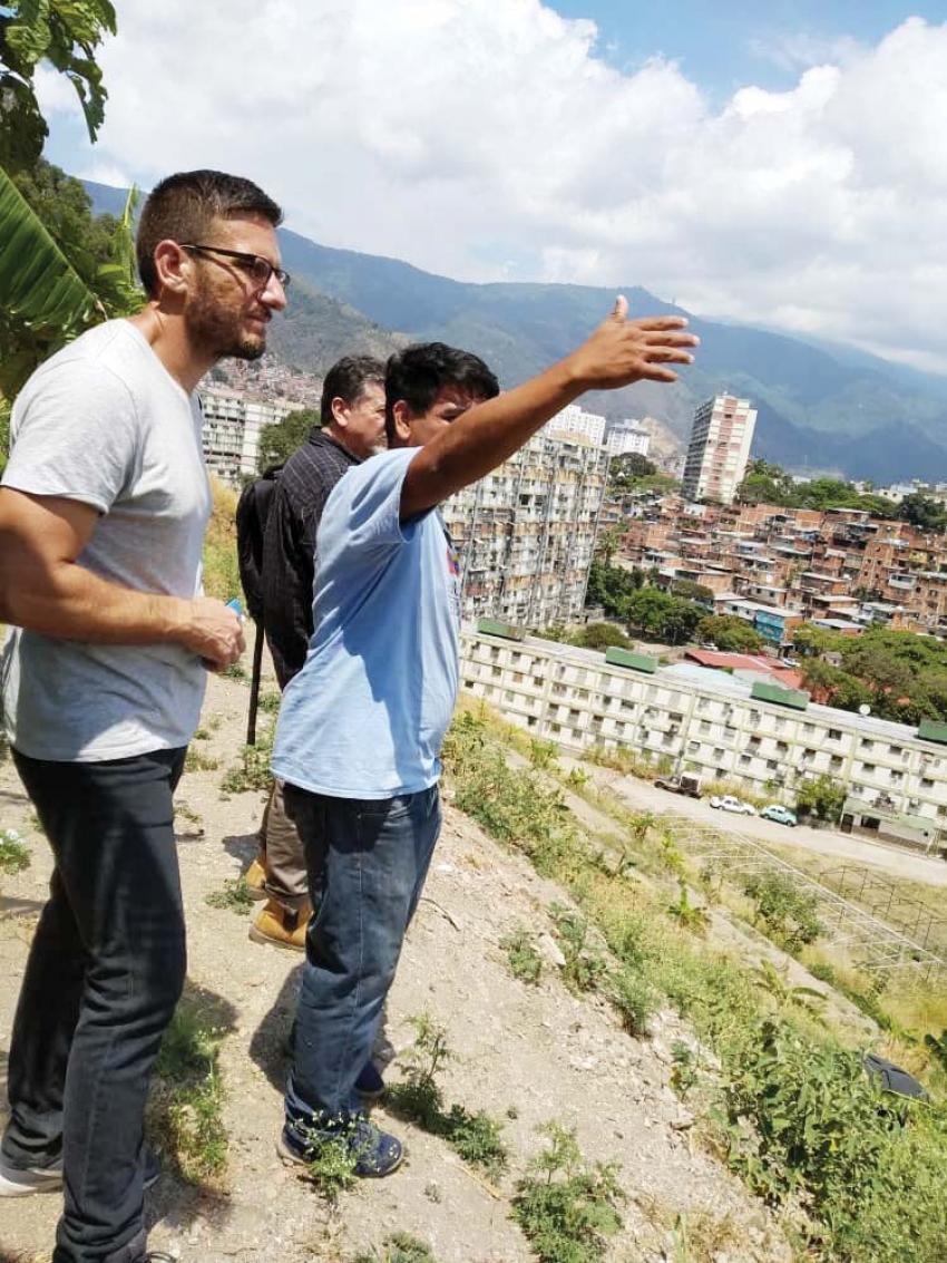 """GLW's Federico Fuentes visited """"colectivos"""" in Caracas' 23 de Enero neighborhood. (Zuleima Vergel)"""
