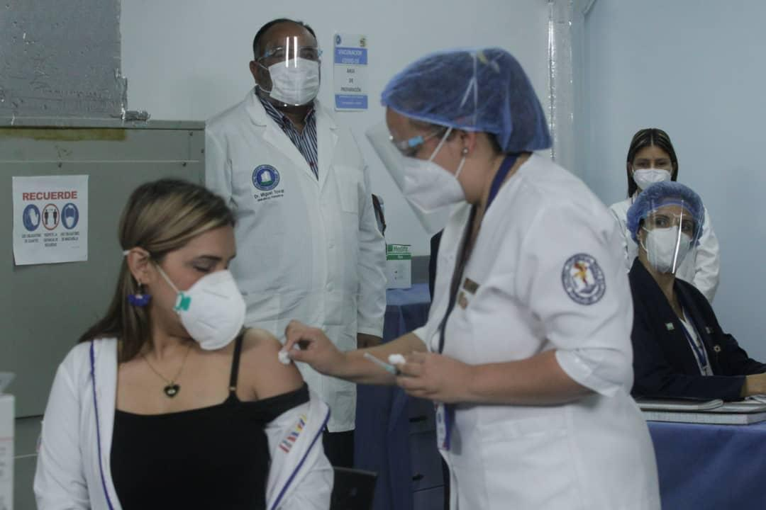 Surgeon Glendys Rivero from Miranda state was the first Venezuelan to be vaccinated for Covid-19 last Friday. (@NicolasMaduro / Twitter)