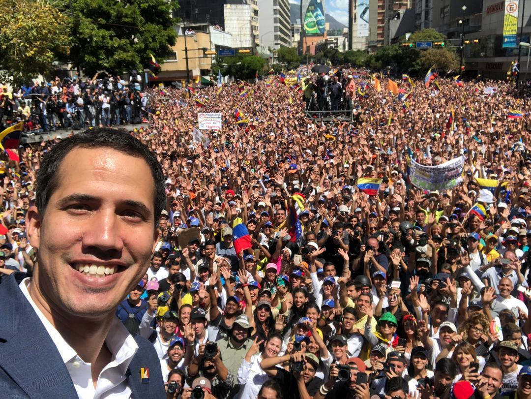 Guaido takes a selfie with his supporters (@jguaido / Twitter)