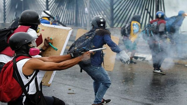 A group assaults the Carlota Military Base in Caracas during the 2017 street protests. (AVN)