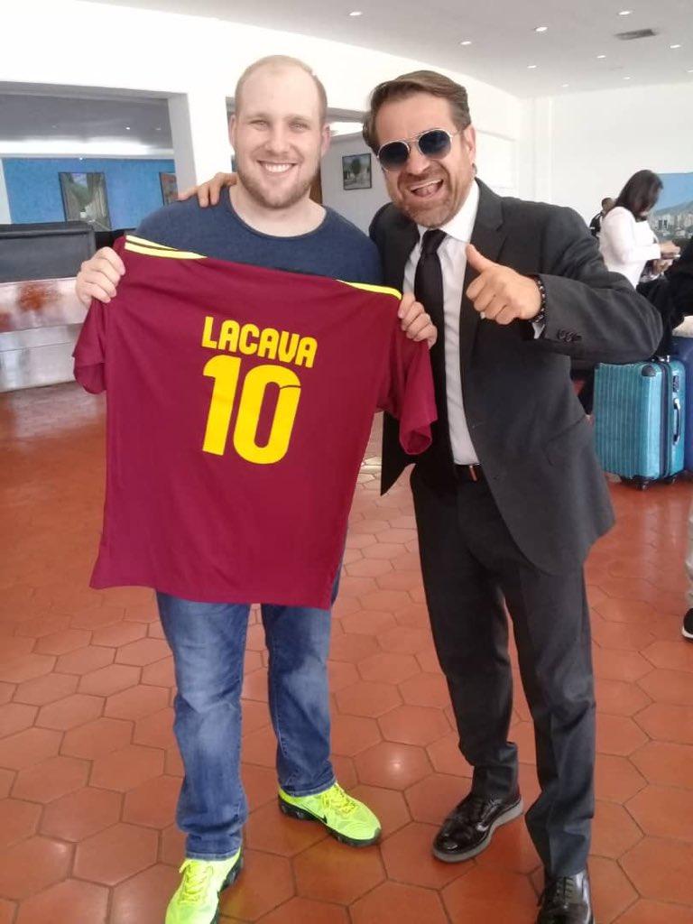 Carabobo Chavista Governor Rafael Lacava gifted Joshua Holt a Venezuelan football jersey upon his release. (@maryorinmendez / Twitter)