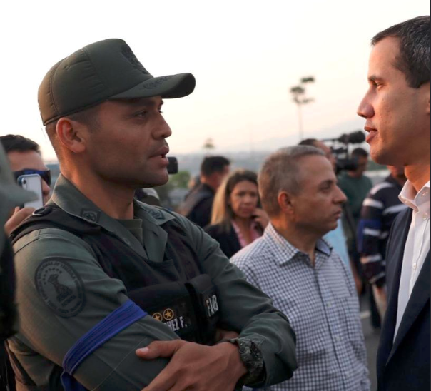 National Guard Lieutenant Colonel Ilich Sanchez speaking to Juan Guaido on April 30 on the Altamira Overpass (Efecto Cocuyo)