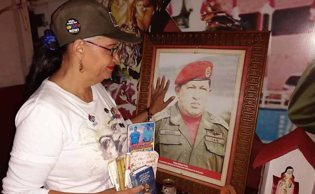 Olga Mendoza at the altar of the leader of the Bolivarian Revolution, Hugo Chavez. (Juan Manuel Zerpa / Supuesto Negado).