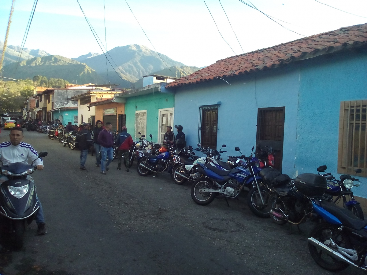 Motorbike users queue up in Mérida City to fill their tanks. (Paul Dobson)