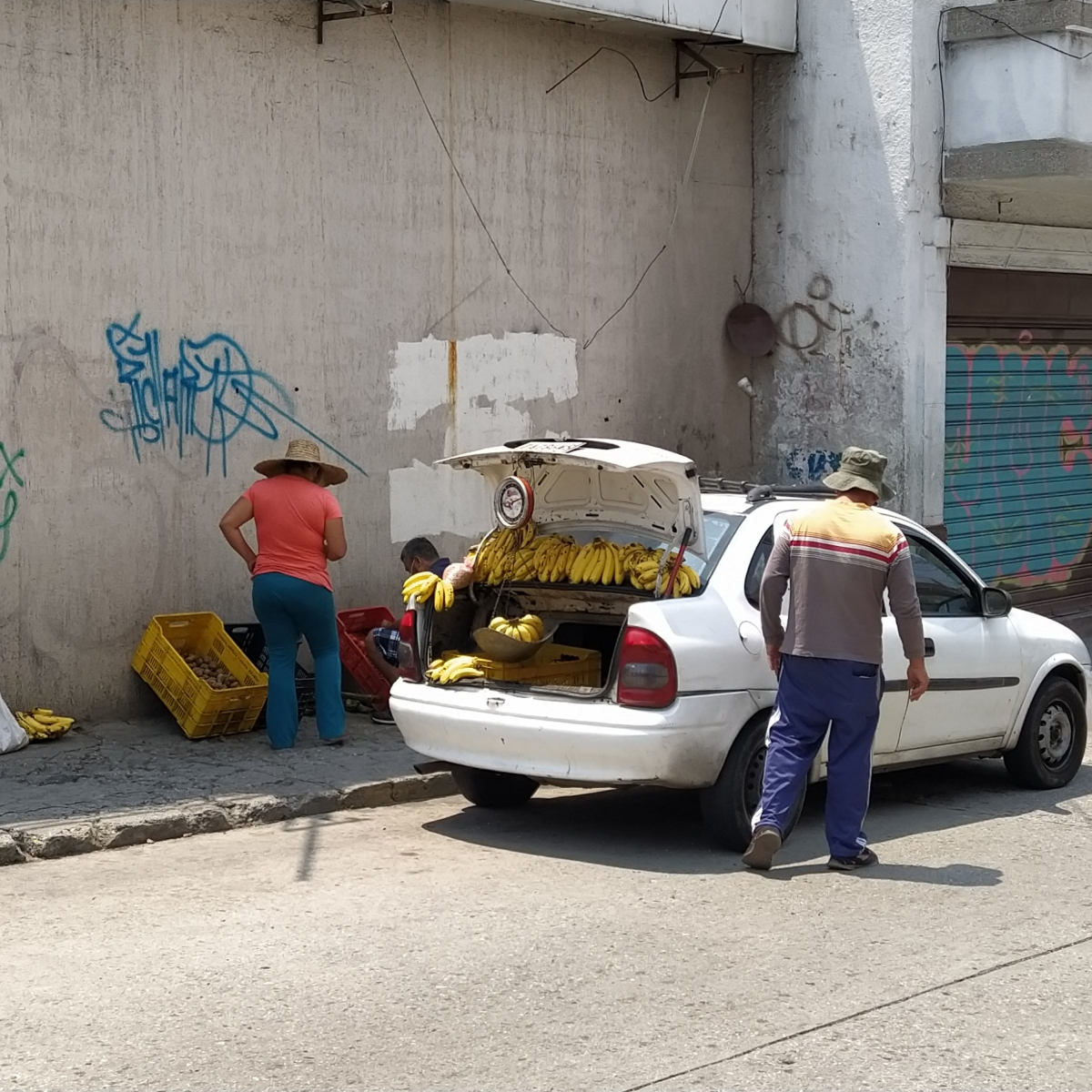 Informal food sellers could also be seen during the lockdown, albeit in a lesser number than usual. (Paul Dobson / Venezuelanalysis)