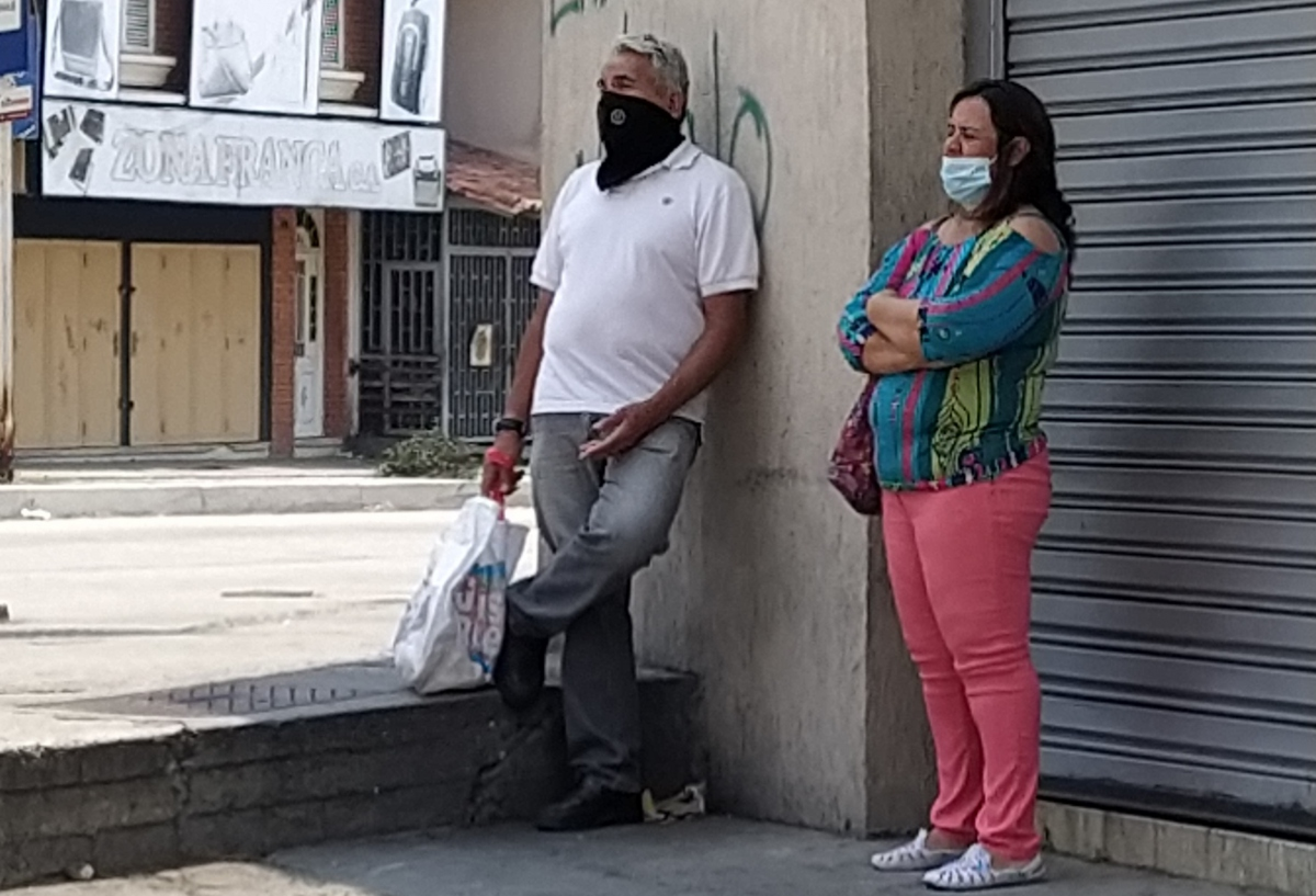 Economic conditions have, however, hampered many people's capacity to purchase medically approved facemasks, with many opting to cover thier faces with homemade or improvised masks, contrary to WHO advice. (Paul Dobson / Venezuelanalysis)