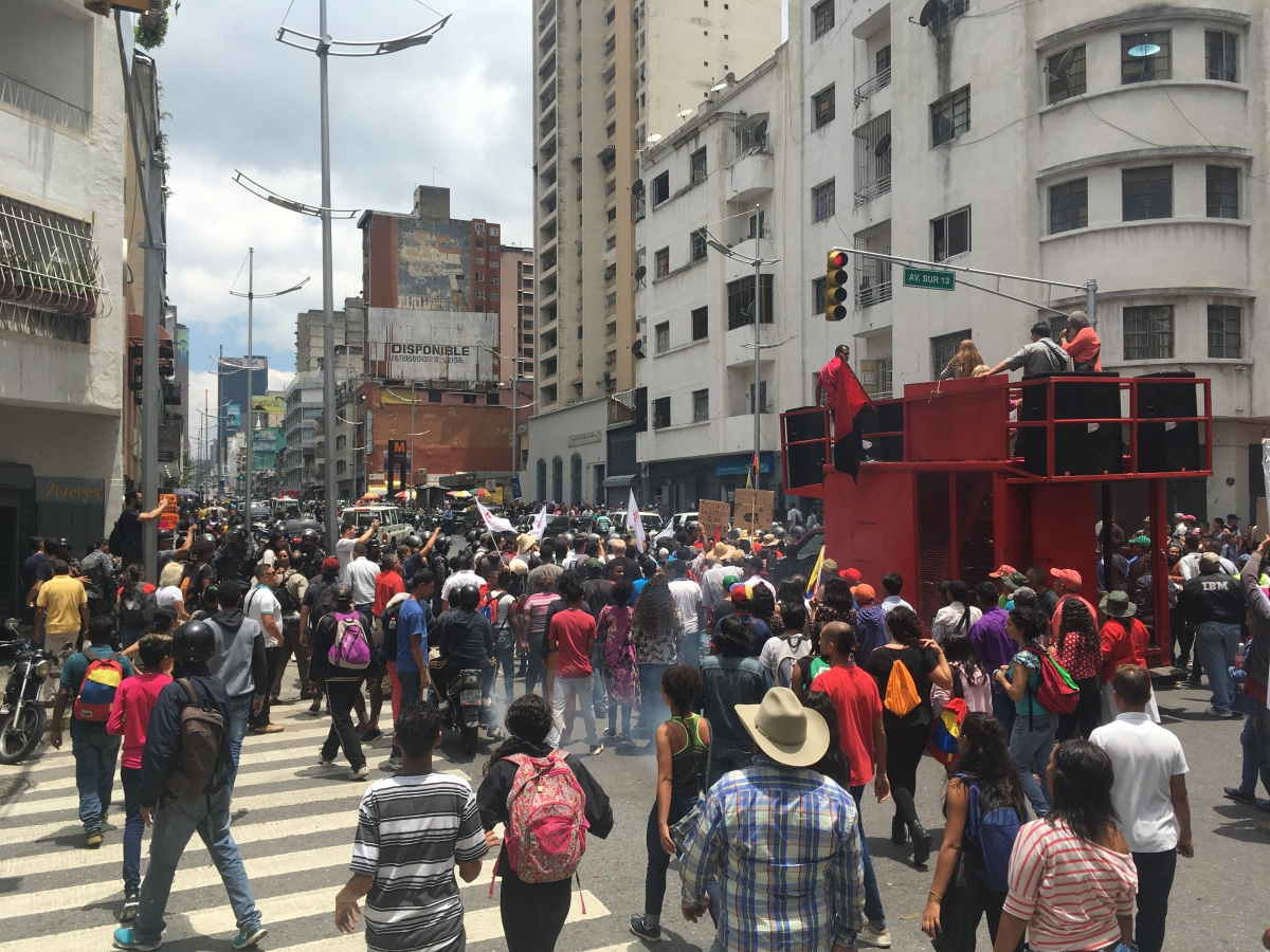 Campesino and urban militants broke through a police picket line in University Avenue in Caracas. (Ricardo Vaz)