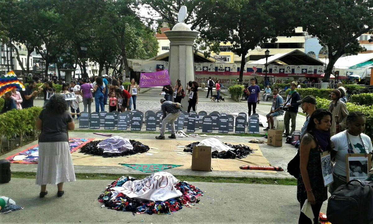 The march of social movements and feminist organizations had several stops with thematic performances, slogans and actions.  This particular stop commemorated the 134 victims of femicide in 2019. (Los Inquilinos Venezolanos)