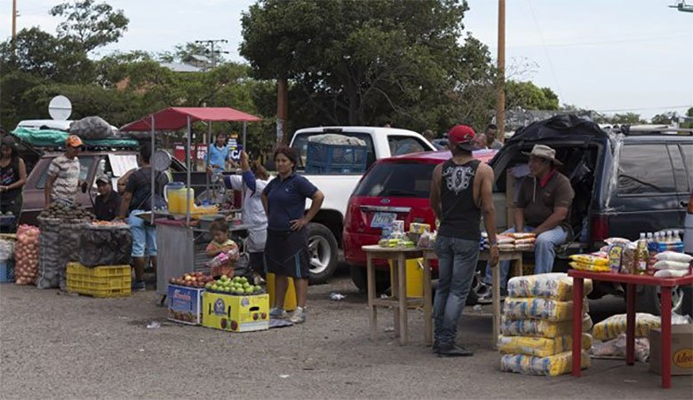 "Products meant for Venezuelan consumption are sold illegally in ""La Parada."" (La Opinion)"