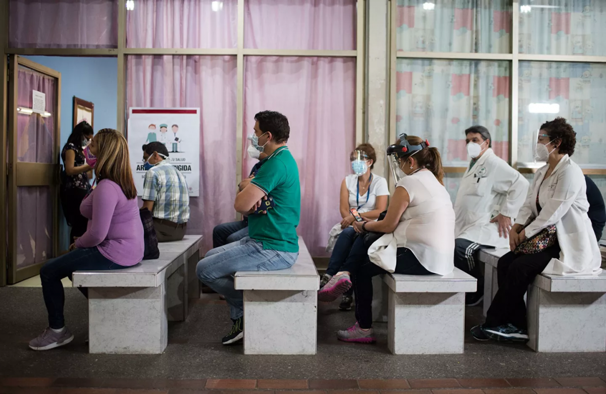 Venezuelan halthcare workers queue up to get their Covid-19 vaccine. (Magda Gibelli / Sputnik)