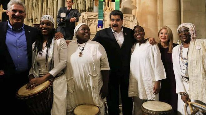 Venezuelan President Nicolas Maduro and Cuban President Miguel Diaz-Canel with Baptist singers of the Riverside Church in Harlem, New York where they paid a surprise visit after the UN General Assembly session (El Mundo).