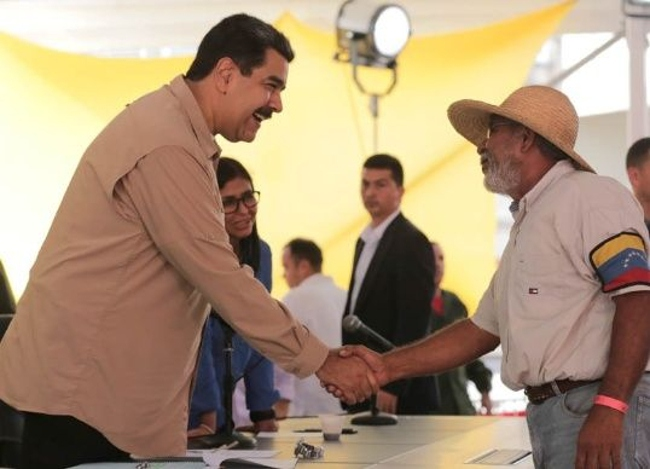Arbonio Ortega and President Maduro shake hands during the televised meeting with the campesinos held on August 2. (TeleSur)