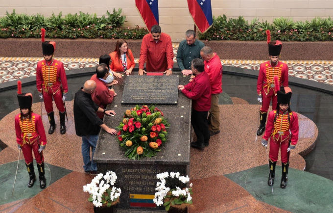 Before registering for re-election, Maduro paid homage to ex-President Chavez at the 4F Mausoleum. (Presidential Press)