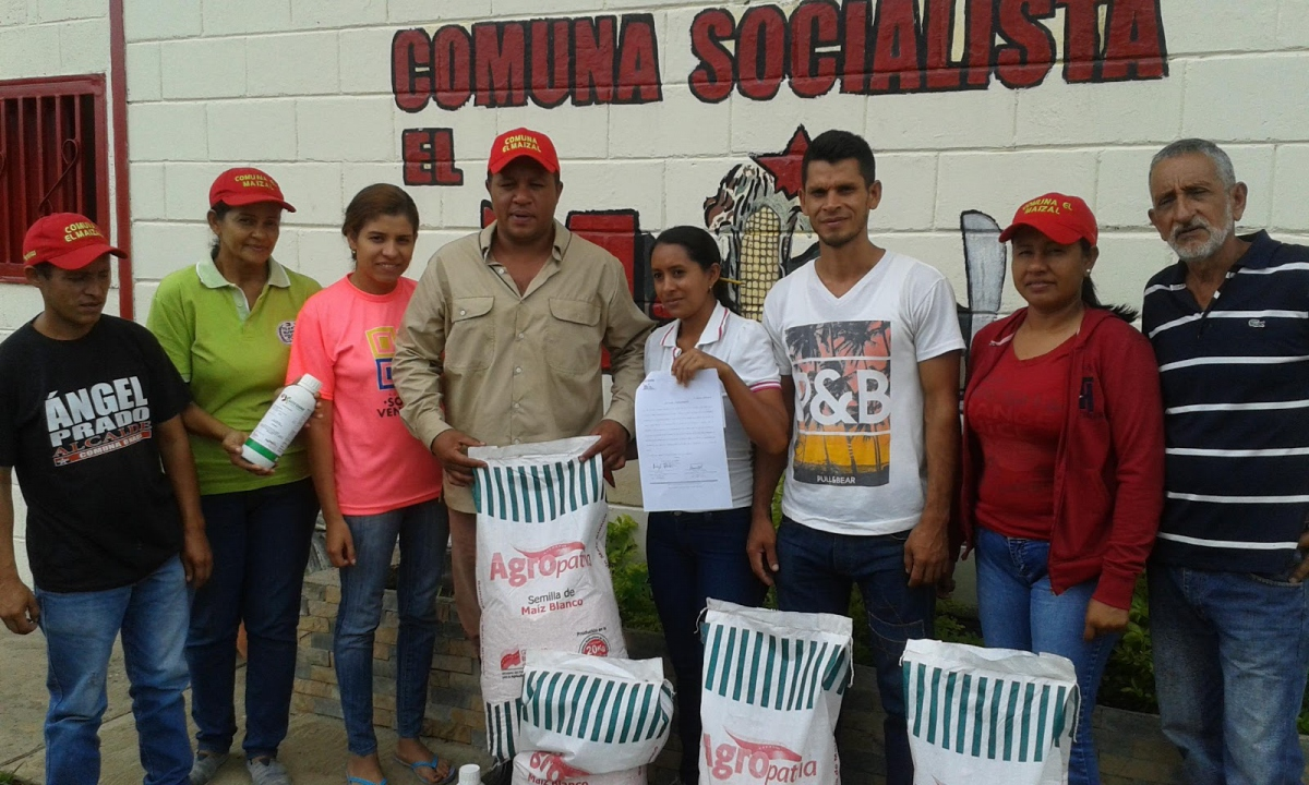 Ángel Prado (center, with cap) with local small scale producers. (Photo: Ricardo Vaz)