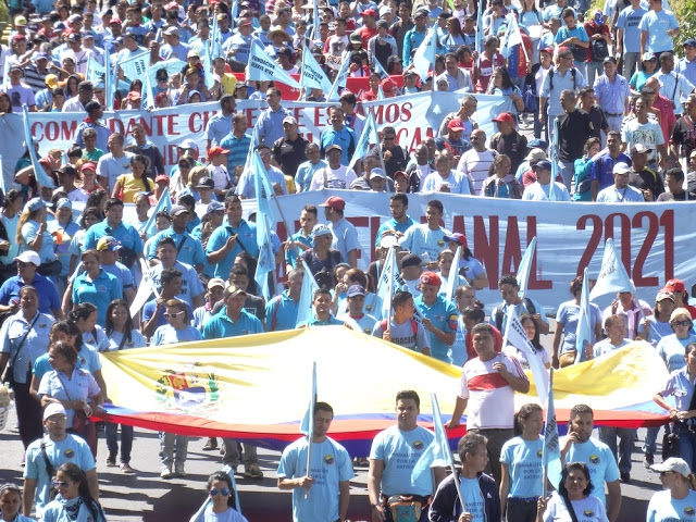 El Panal communards and members of the Alexis Vive Patriotic Force in a march against fascism and corruption. Caracas, April 2016. (Comuna El Panal)